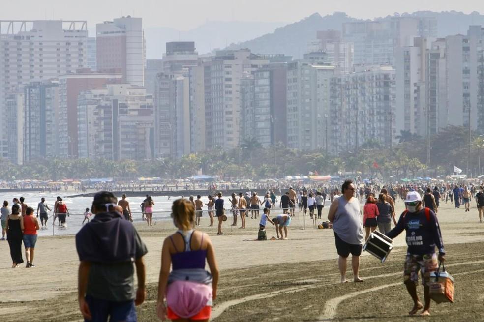 Mesmo com tempo nublado, moradores e turistas foram às praias de Santos, SP — Foto: Vanessa Rodrigues/Jornal A Tribuna