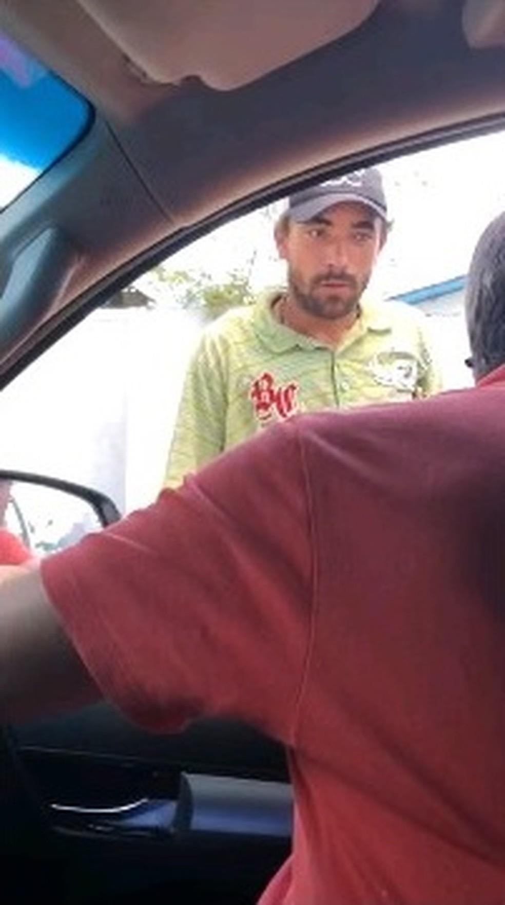 Motorista filmou passageiro agredindo homem que pediu ajuda na rua — Foto: Reprodução