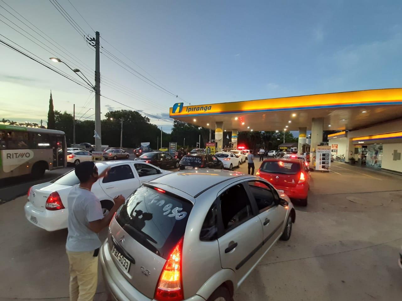 Contra preço do combustível, motoristas de app abastecem com R$ 0,50 em Ribeirão Preto, SP