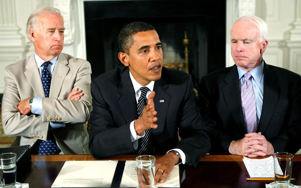 Joe Biden, Barack Obama e John McCain durante reunião na Casa Branca, em 2009 (Foto: Kevin Lamarque/Reuters)