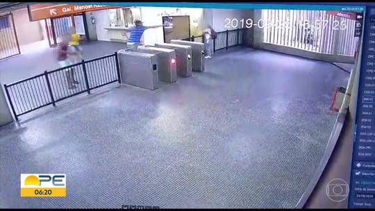 Câmera mostra trio armado atirando contra vigilante dentro de estação de metrô em Jaboatão