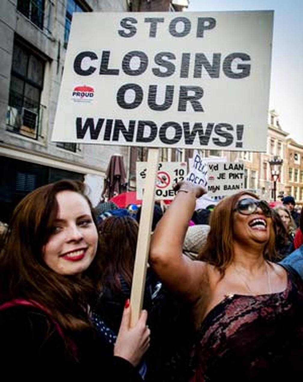 Protesto realizado em 2015, em Amsterdã, contesta fechamento de vitrines de prostitutas do bairro da luz vermelha — Foto: AFP PHOTO / ANP / ROBIN VAN LONKHUIJSEN