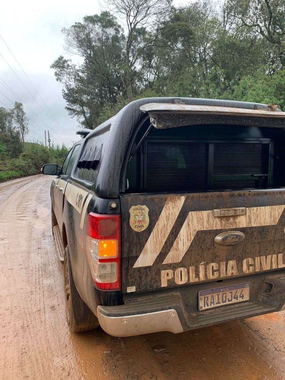Suspeito de ter esfaqueado mulher encontrada morta em carro é preso em área de mata em SC