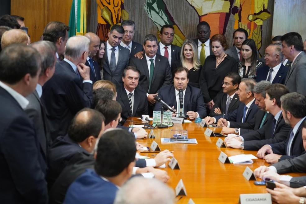 O presidente Jair Bolsonaro ao lado do presidente da Câmara, Rodrigo Maia, nesta terça-feira (4), durante entrega de projeto que altera regras da CNH — Foto: Pablo Valadares/Câmara dos Deputados