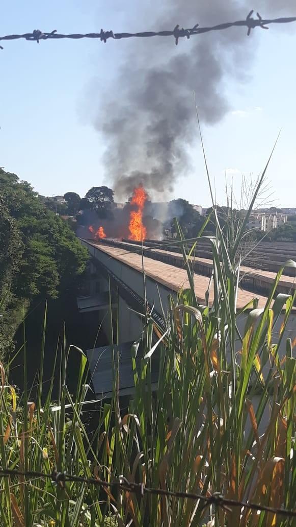 Incêndio de grandes proporções em galpão mobiliza Bombeiros em Bauru