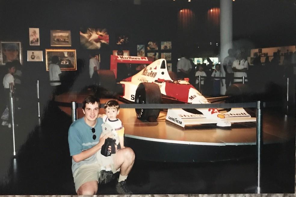 Com o pai, em exposição de Ayrton Senna (Foto: Aquivo pessoal)