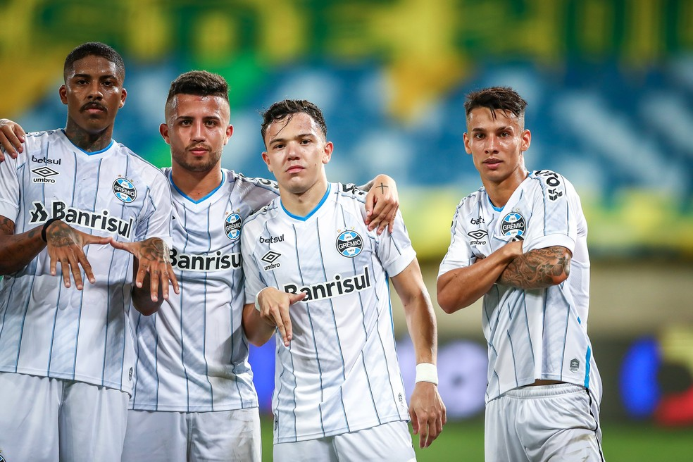 Jean Pyerre, Matheus Henrique, Pepê e Ferreira comemoram gol de pênalti — Foto: Lucas Uebel / Grêmio FBPA