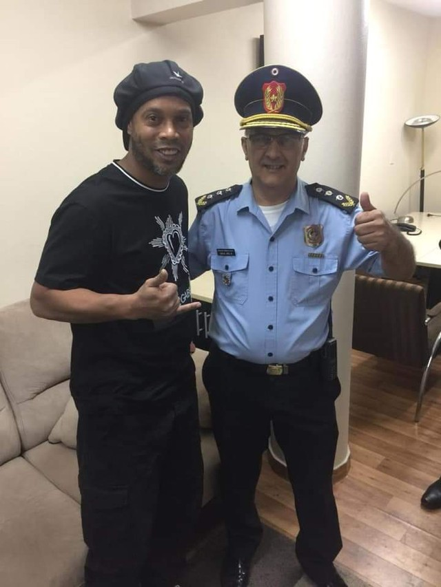 Ronaldinho Gaúcho posa ao lado do comissário de Polícia metropolitana paraguaia, Miguel López Russo antes de prestar depoimento ao MP paraguaio nesta quinta-feira (5) — Foto: Reprodução/ABCTV
