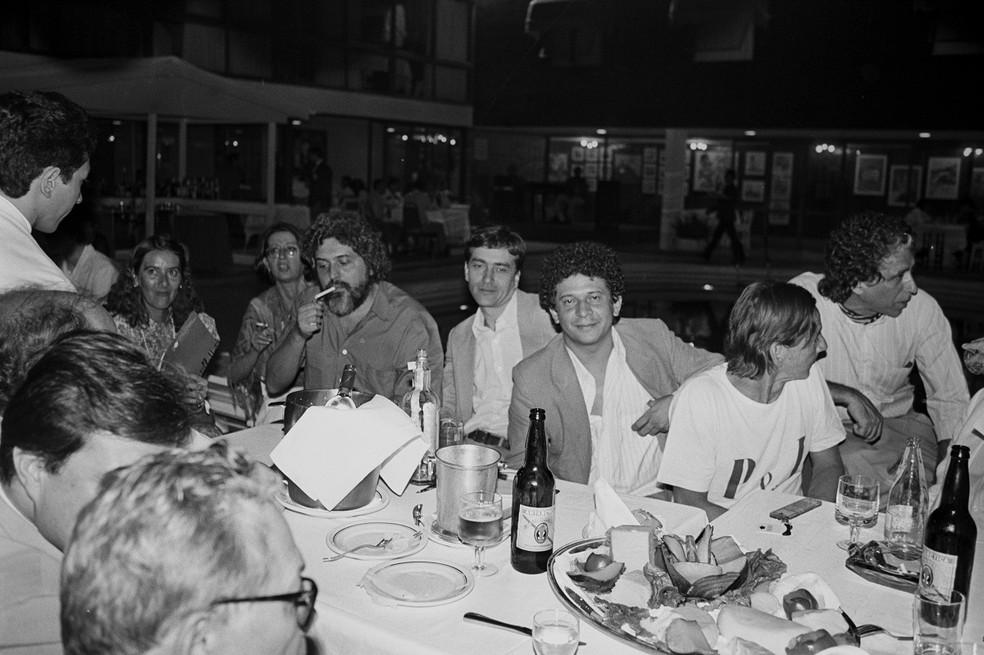 Artistas se reúnem próximo à piscina do Hotel Nacional de Brasília em uma das edições do tradicional Festival de Cinema  — Foto: Secretaria de Comunicação Social/Arquivo Público do DF/Reprodução