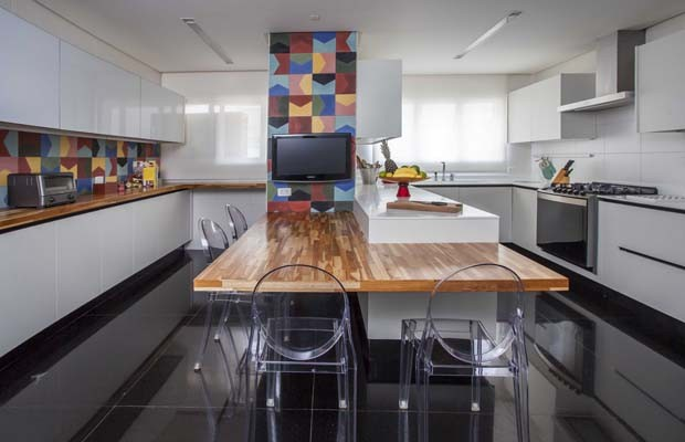 Ladrilhos hidráulicos coloridos trazem vida para apartamento (Foto: Eduardo Pozella)