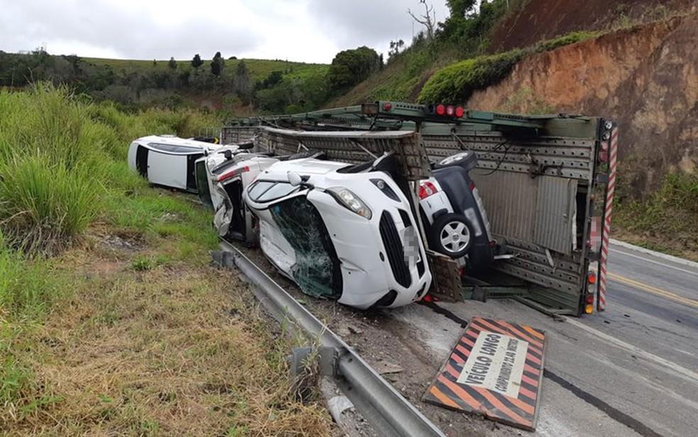 Caminhão cegonha tomba com ao menos 11 carros na BR-101, na altura de Itabela, sul da Bahia — Foto: Site Radar 64