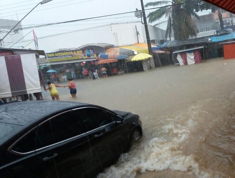 Rua ficou alagada durante temporal (Foto: WhatsApp/Reprodução)