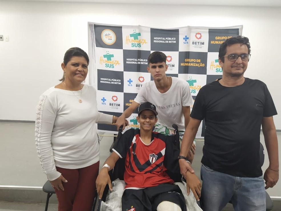 Gabriel com a família: garoto recebeu alta após mais de uma semana internado — Foto: Flavia Freitas/Prefeitura de Betim/Divulgação