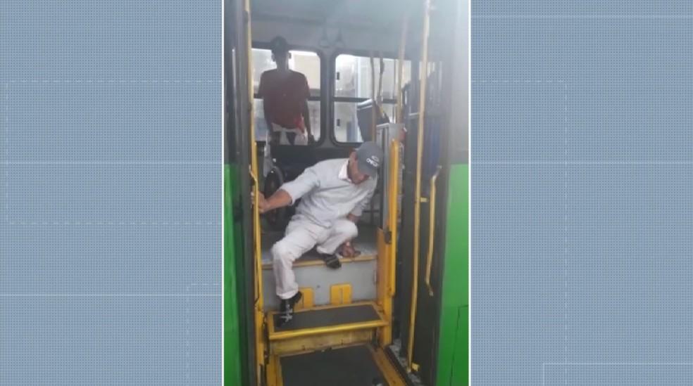 Cadeirante precisa se rastejar para usar ônibus com elevador quebrado em Campinas — Foto: Reprodução/EPTV