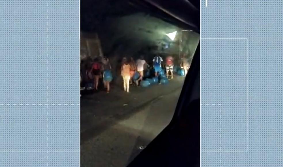 Motoristas morreram após batida entre caminhão e caçamba na BR-110, no interior da Bahia e populares saquearam carga de botijão de gás — Foto: Reprodução/TV Bahia