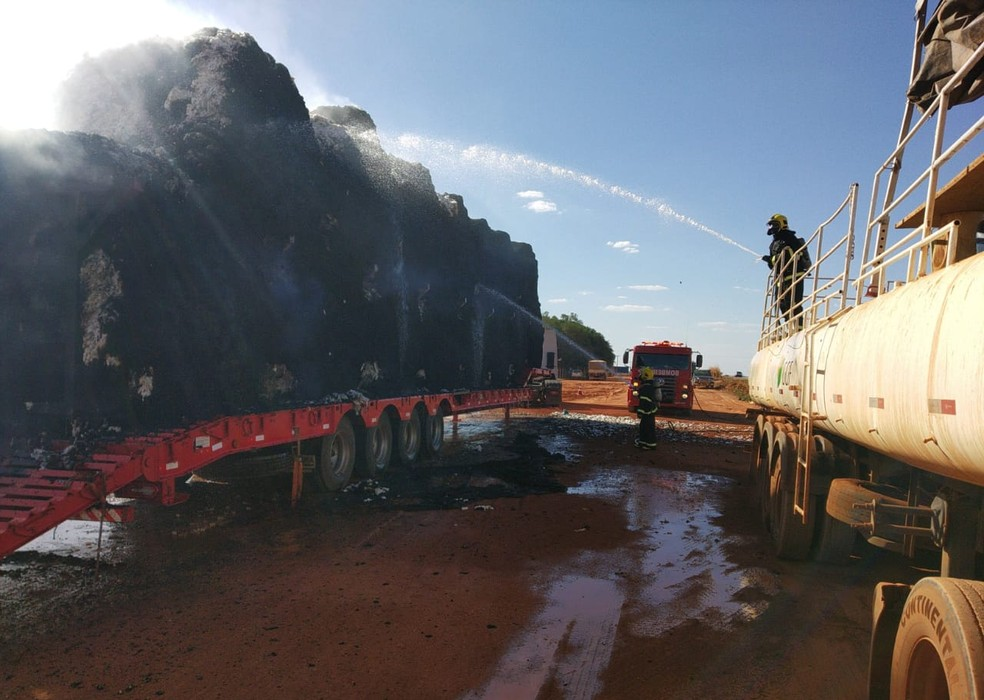 Foram mais de 50 mil litros de água para combater as chamas — Foto: Corpo de Bombeiros/Divulgação