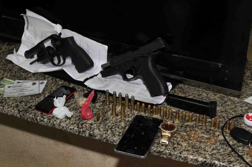 Armas apreendidas com os presos em Mossoró; um adolescente morreu após troca de tiros com a PM (Foto: Marcelino Neto/O Câmera)