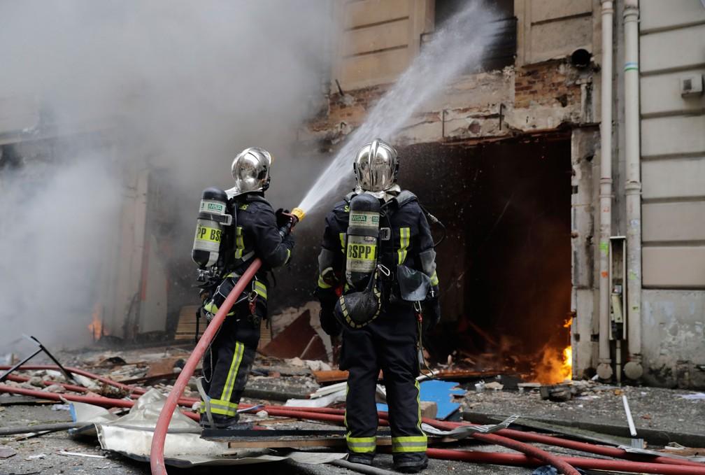 Bombeiros contém chamas após explosão em padaria em Paris, neste sábado (12)  — Foto: Thomas Samson / AFP