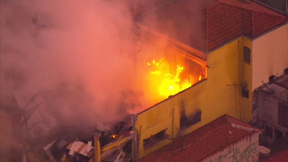Chamas tomam conta de prédio de supermercado na Zona Sul de SP — Foto: Reprodução/TV Globo