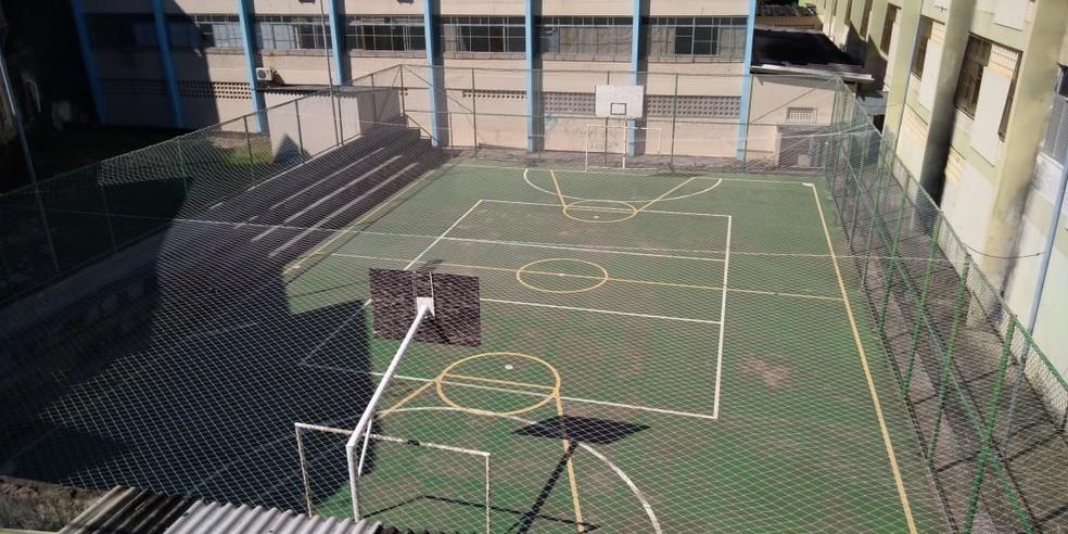 Segundo a 58ª CIPM, vítima estava na quadra da escola, quando foi atingido — Foto: Vanderson Nascimento/TV Bahia