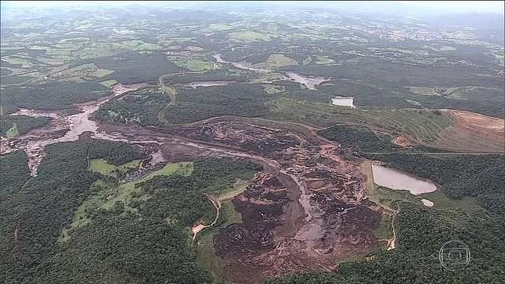 Imagem aérea do local onde houve o rompimento de uma barragem da Vale em Brumadinho (MG) — Foto: Reprodução/JN