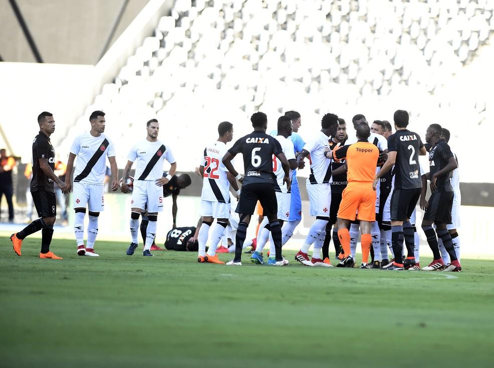 Tumulto entre Botafogo e Vasco, com João Paulo caído ao fundo (Foto: André Durão / GloboEsporte.com)