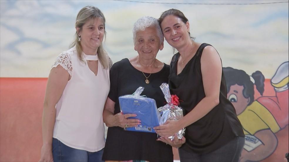 Dona Rita posa ao lado das professoras no dia da formatura em Bauru — Foto: Reprodução/TV TEM