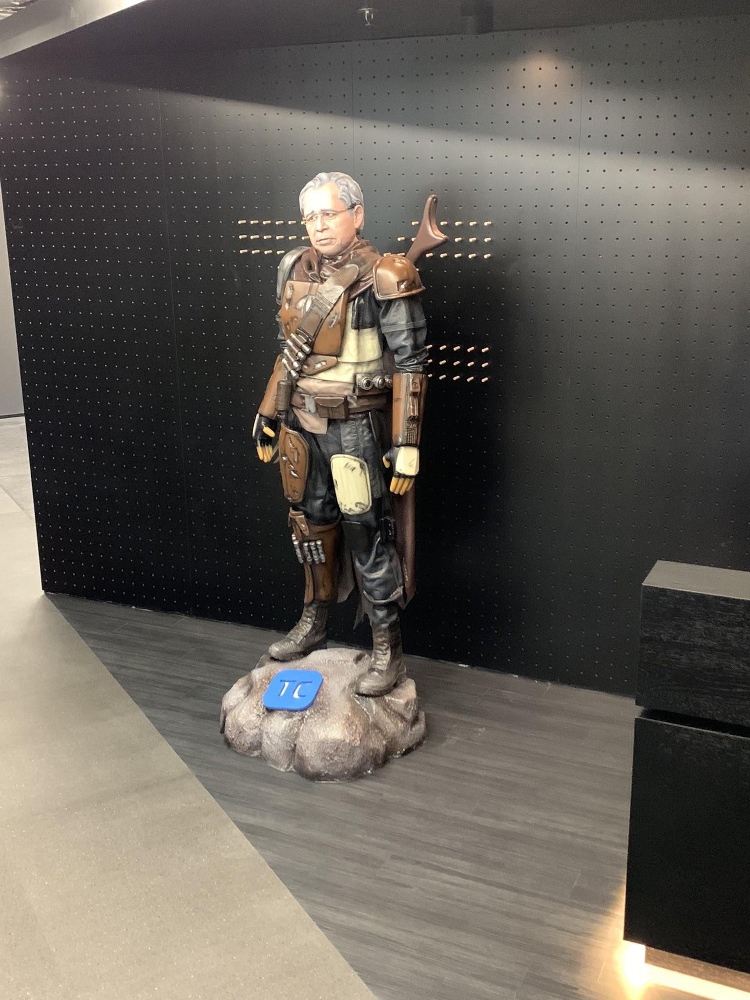 Paulo Guedes ganha estátua como personagem mandaloriano, do universo Star Wars, em sede de empresa na Faria Lima, em SP