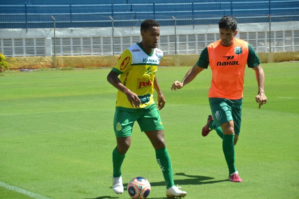 Ernandes, lateral do Mirassol, assinou pré-contrato com a Ponte — Foto: Léo Roveroni/Agência Mirassol