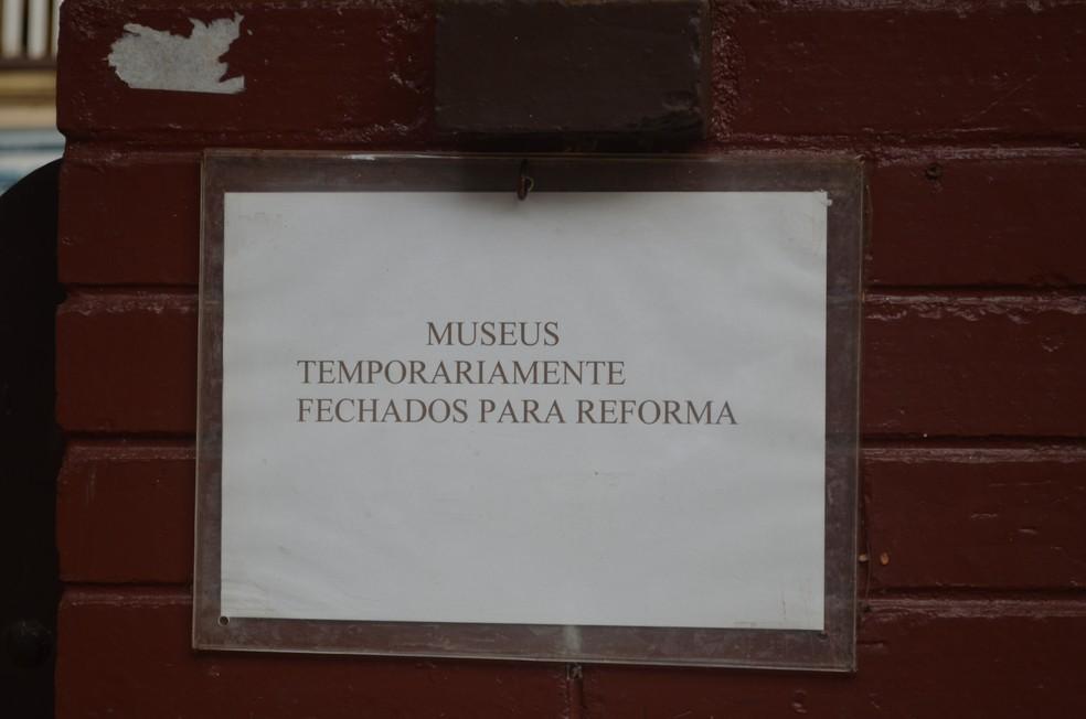 Visitantes se deparam com simples aviso na entrada dos museus do Café e Histórico, em Ribeirão Pretp, SP (Foto: Fernando Oliveira/G1)