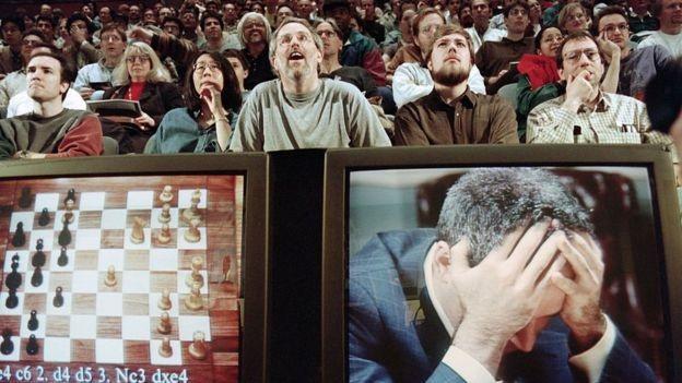 BBC: A vitória do computador Deep Blue sobre Garry Kasparov, em 1997, foi um marco para o desenvolvimento da inteligência artificial (Foto: Getty Images/BBC)