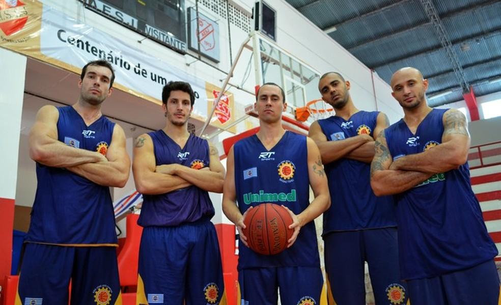 Murilo Becker, Dedé, Fúlvio, Jefferson e Laws - quinteto do São José Basketball na temporada 2011/2012 — Foto: Danilo Sardinha/GloboEsporte.com
