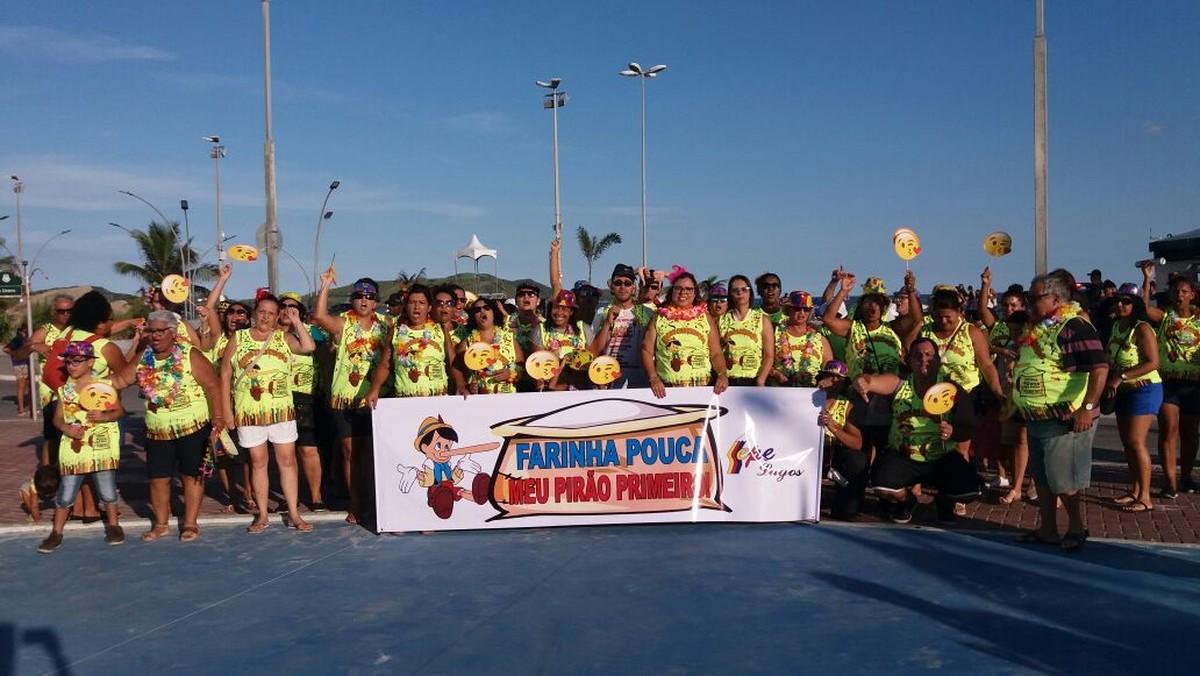 Servidores da Educação e Saúde montam bloco de Carnaval para reivindicar salários atrasados em Cabo Frio, no RJ