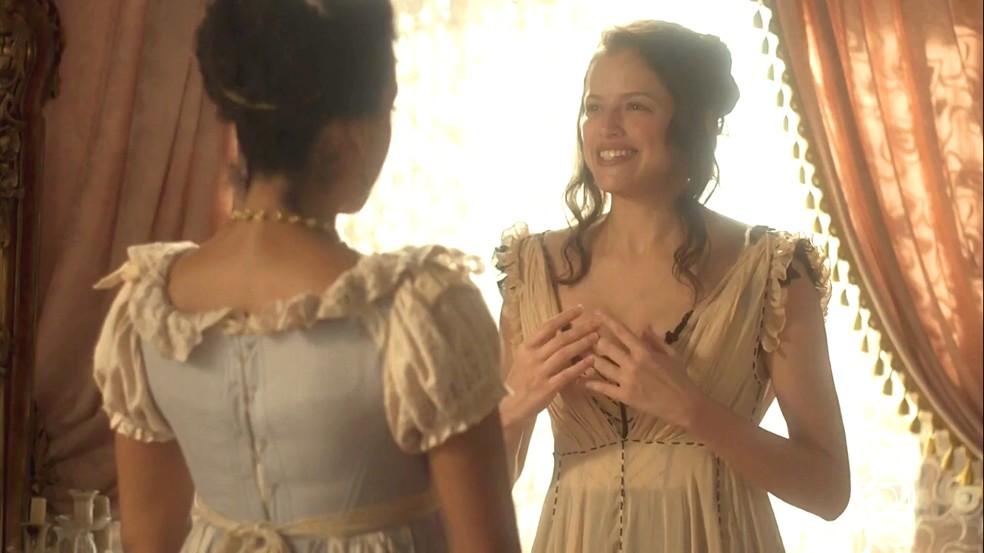 Domitila (Agatha Moreira) pede que Rosa (Alice Morena) faça um luxuoso jantar para dar a notícia ao príncipe, em 'Novo Mundo' — Foto: TV Globo