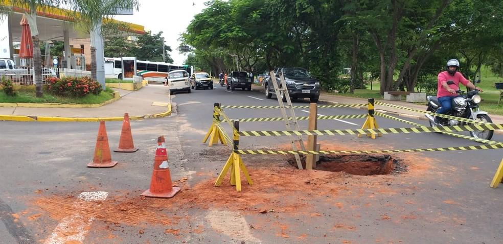 Manutenção em buraco deixou o trânsito parcialmente interditado no local — Foto: Heloise Hamada/TV Fronteira