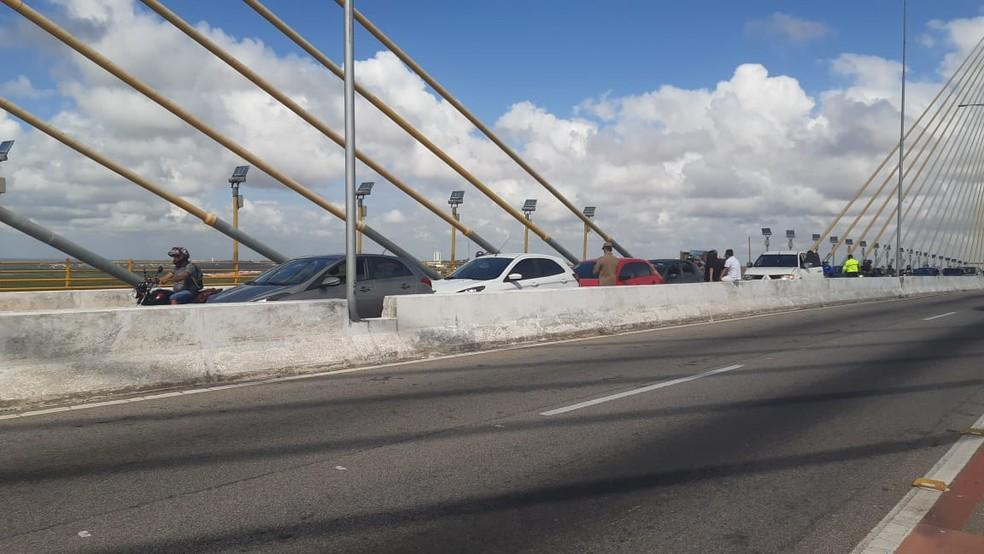 Acidente causa engarrafamento na Ponte Newton Navarro em Natal — Foto: Sérgio Henrique Santos/Inter TV Cabugi