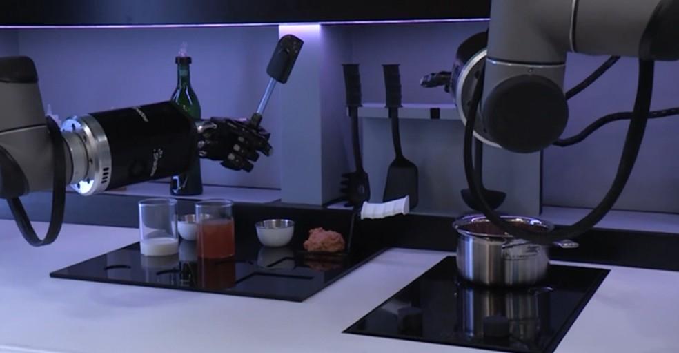 Robô que cozinha (Foto: Reprodução/Youtube)