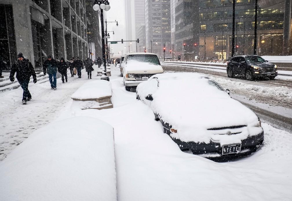 Carros ficaram cobertos de neve em Chicago, na segunda-feira (28)  — Foto: Rich Hein/Chicago Sun-Times via AP