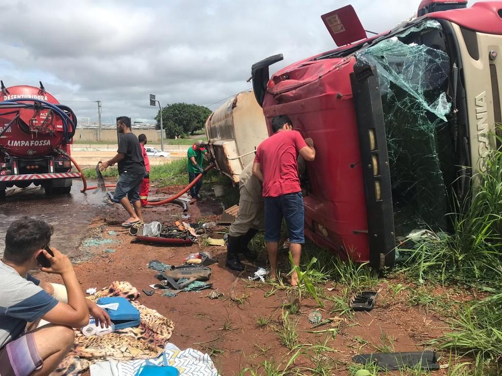 Corpo de Bombeiros atendeu feridos em acidente na BR-153, em Aparecida de Goi�nia — Foto: Guilherme Henrique/TV Anhanguera