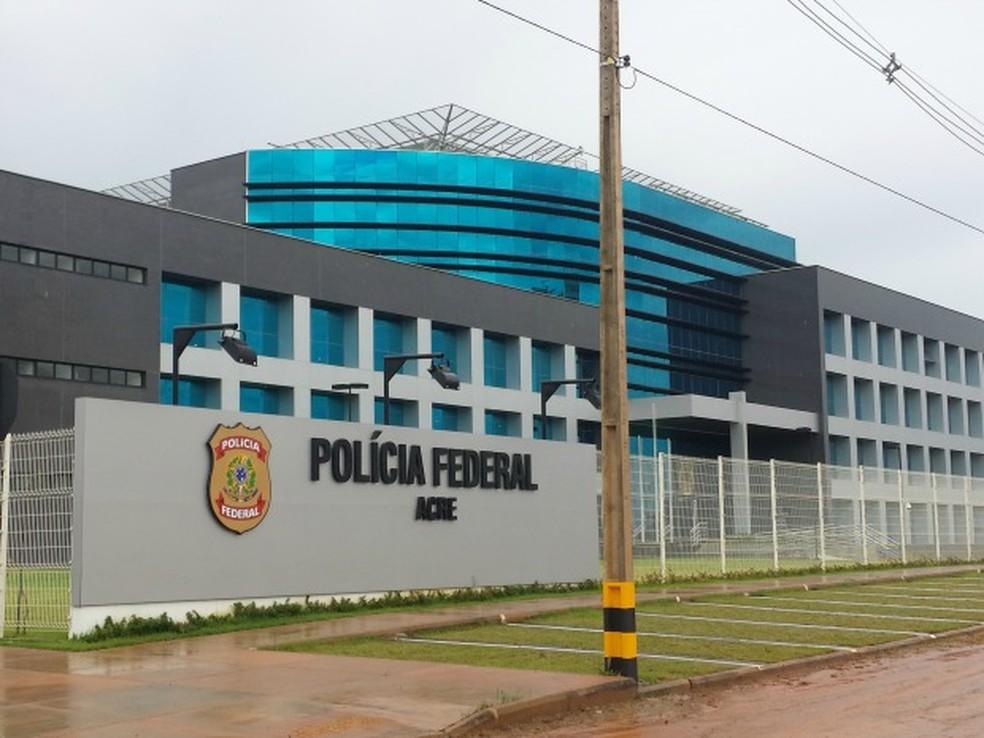 Mandado judicial foi cumprido por agentes da PF-AC na noite de quarta (7) (Foto: Rayssa Natani/ G1)