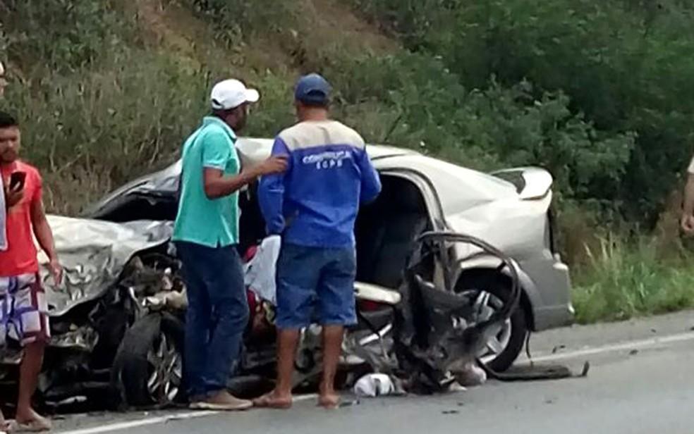 Carro ficou destruído após batida de frente (Foto: Site Bahia10.Com.Br)