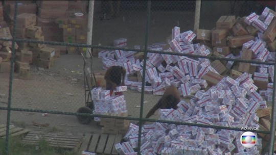 Vídeo mostra criminosos descarregando carga roubada em favela do Rio