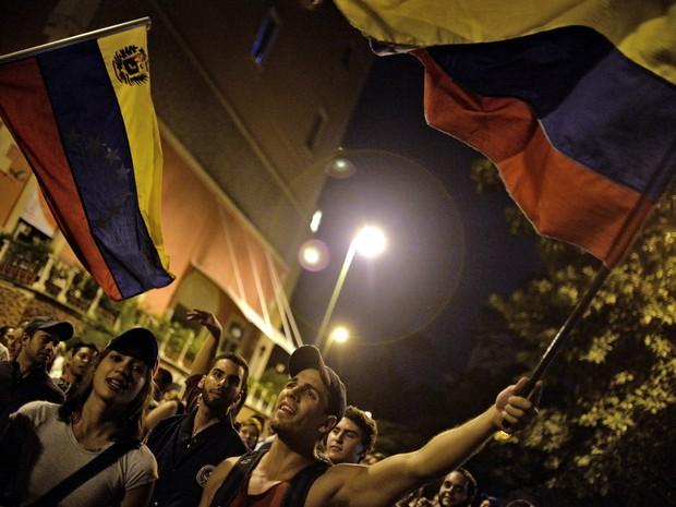 Apoiadores da oposição venezuelana comemoram resultados da eleição legislativa em Caracas (Foto: Luis Robayo/AFP PHOTO)