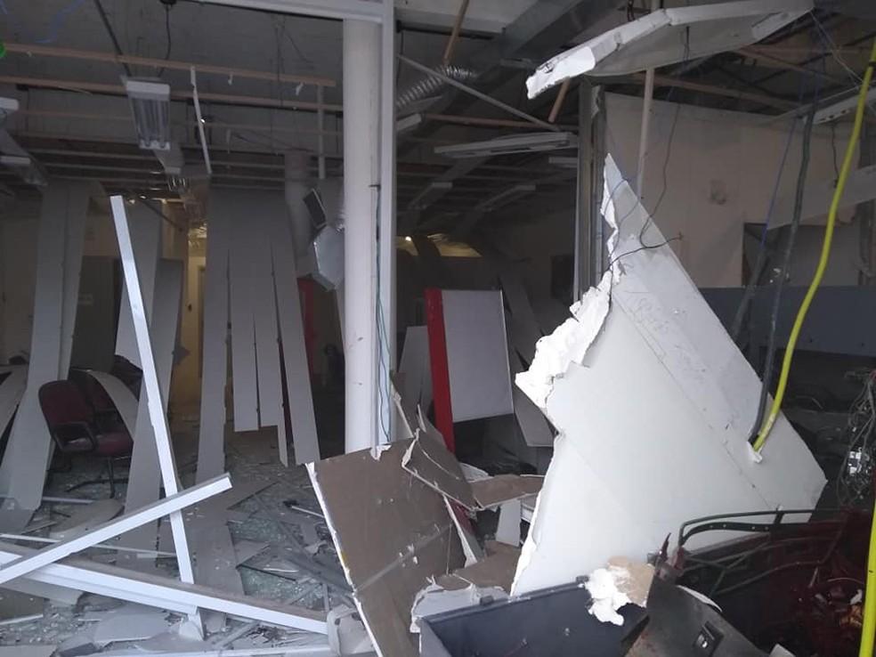 Interior da agência bancária ficou totalmente destruído — Foto: Divulgação/Redes Sociais