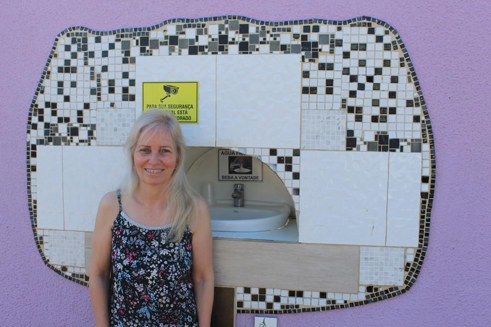 Bebedouro construído pela advogada Márcia Regina ficou pronto há seis meses.  — Foto: Diêgo Holanda/G1