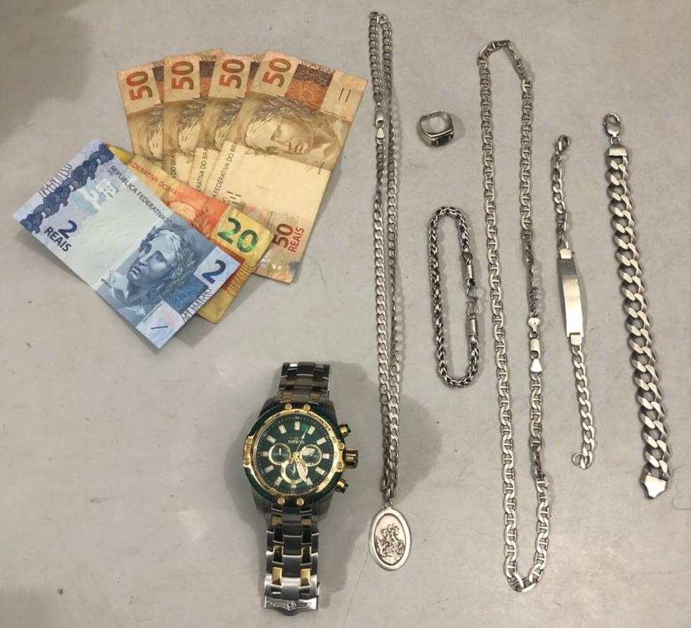 Polícia apreendeu relógios e dinheiro em espécie com a quadrilha em Guarujá, SP (Foto: Divulgação/Polícia Militar)