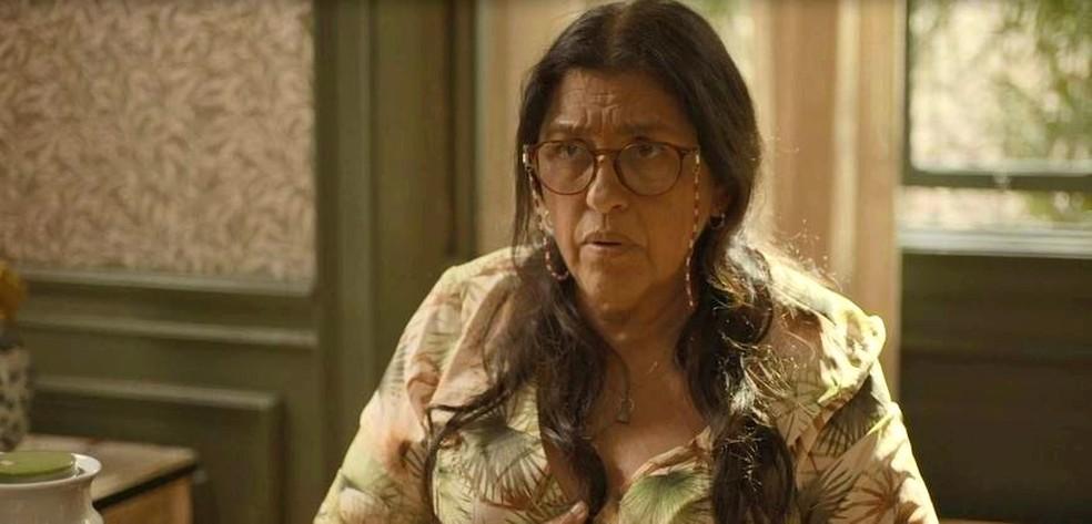 Lurdes (Regina Casé) tem premonição em 'Amor de Mãe' — Foto: Globo