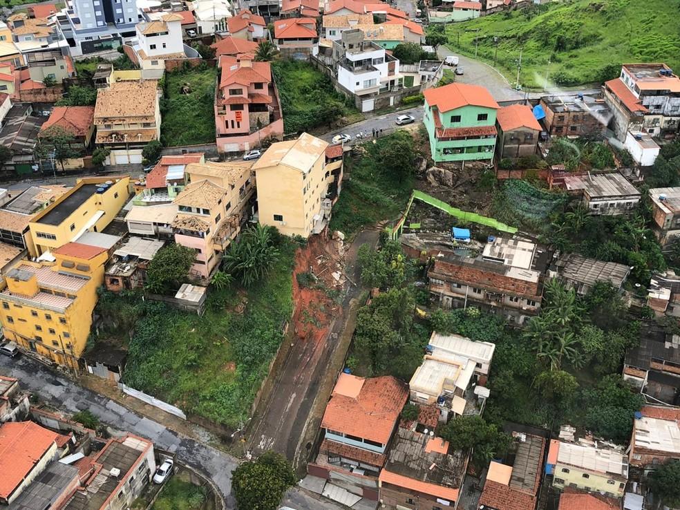 O muro de um prédio caiu na Rua Miranda, no bairro Boa Vista, na Região Leste de BH — Foto: Danilo Girundi/TV Globo