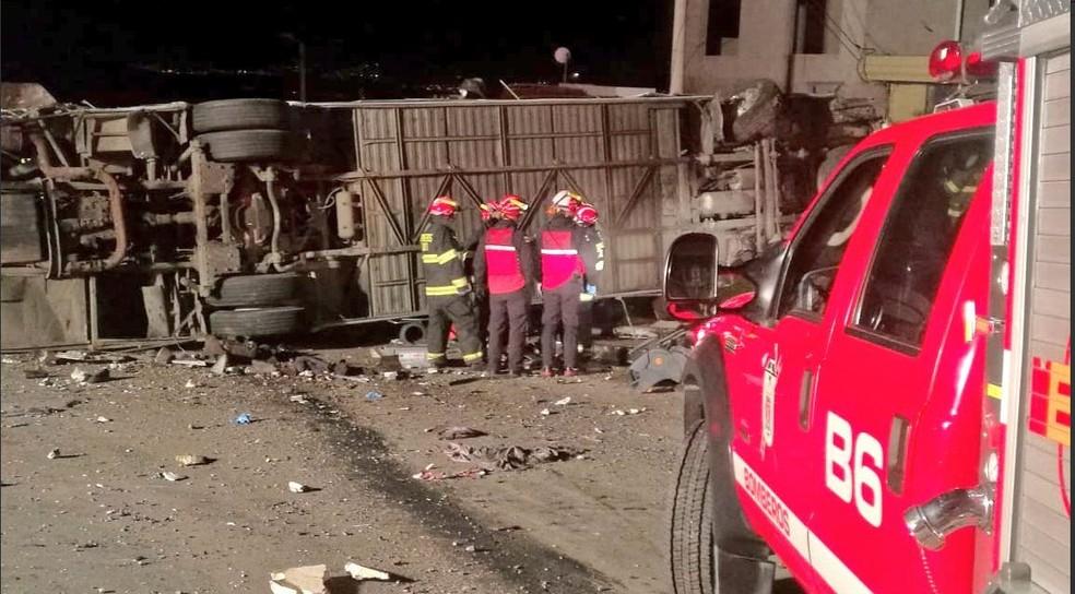 Acidente de ônibus perto de Quito, no Equador, deixa mortos e feridos nesta terça-feira (14) (Foto: Reprodução/Twitter/Bombeiros de Quito)
