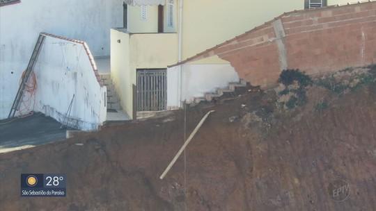 Casa é interditada após talude desabar no bairro Santana, em Poços de Caldas, MG